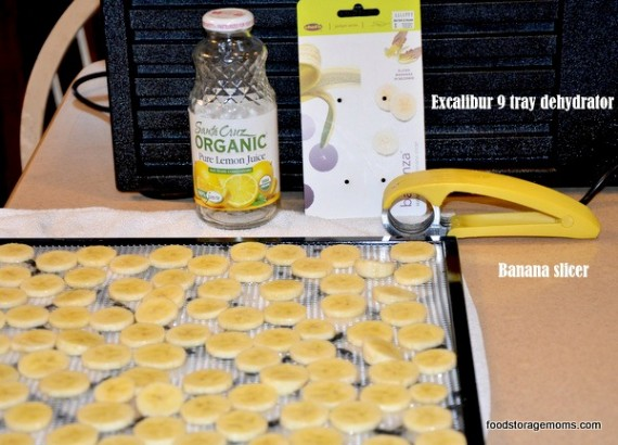 How to Dehydrate Bananas For Healthy Snacks | via www.foodstoragemoms.com